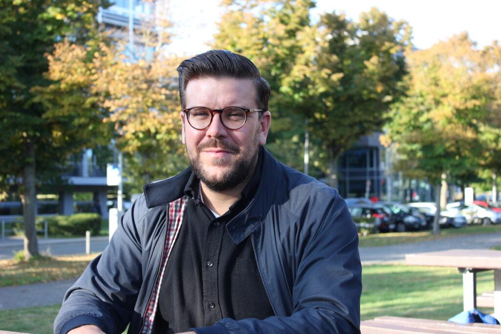 Kevin Zdiara ist bei der HEAG mobilo für die Öffentlichkeitsarbeit und den Bürgerdialog zuständig.