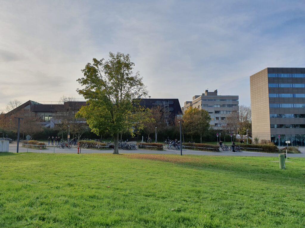 Blick auf die Mensa und die Gebäude des Fachbereichs Bauingenieurwesen.